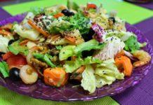 Вкусный и низкокалорийный салат из красной рыбы и креветок