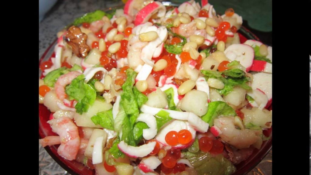 салат из красной рыбы и креветок