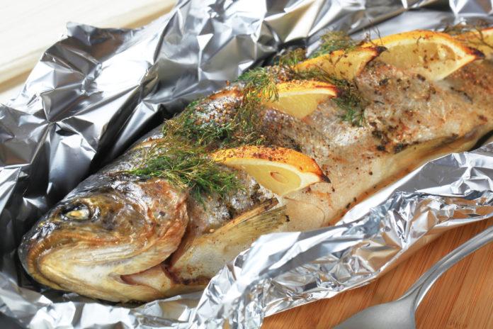 Рыба на мангале в фольге