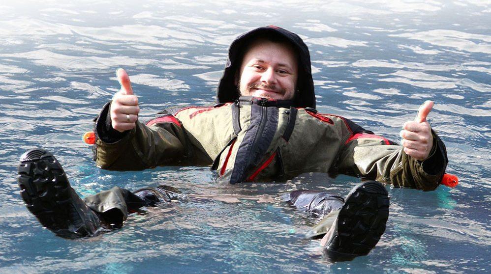 Рыбак в костюме-поплавке