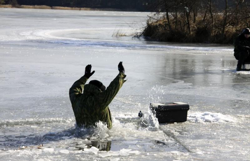 Два рыбака погибли подо льдом