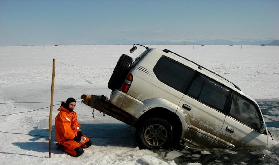 Машина ушла под лед