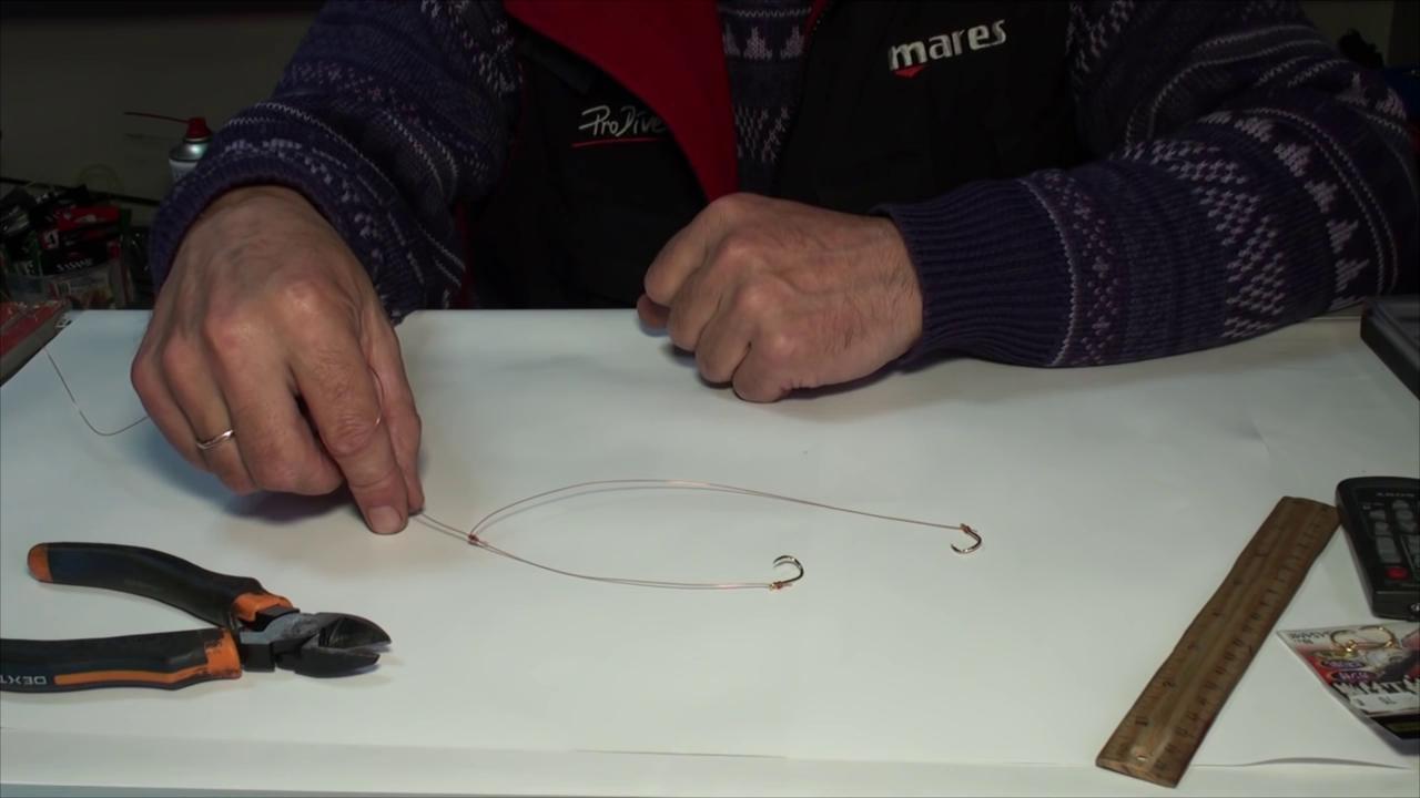 привязываем крючки на оба поводка