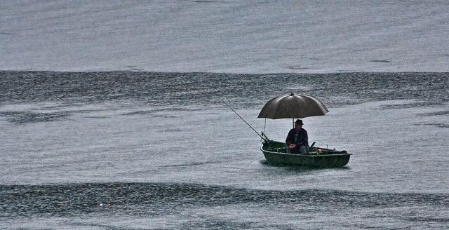 рыбалка в дождь миниатюра