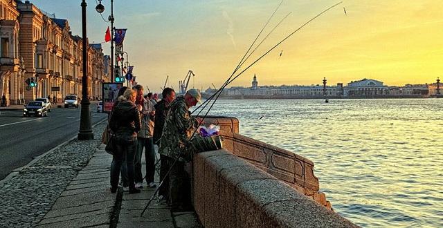 Рыбалка на реке в городе