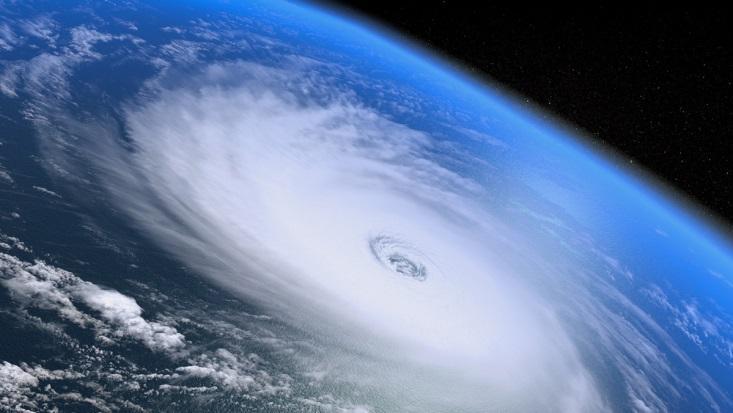 Фотография циклона со спутника, в его центре – кружок с пониженным давлением
