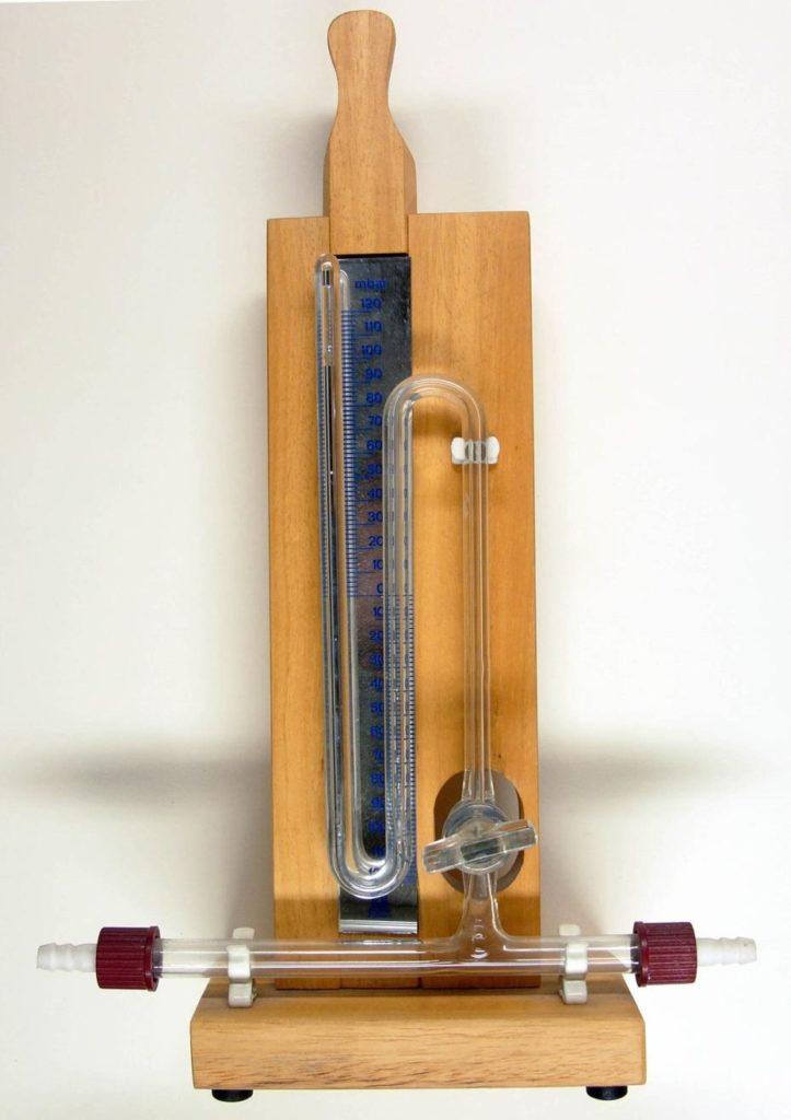 Современный ртутный барометр, показывающий текущее атмосферное давление