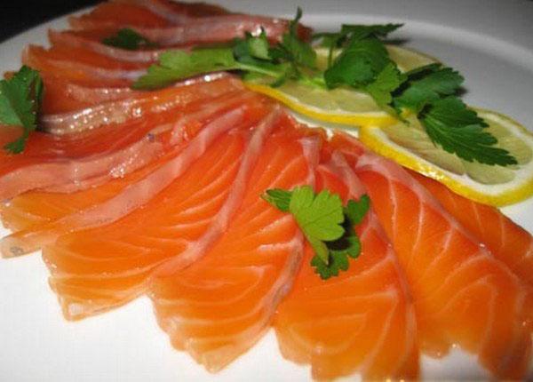 Аппетитные кусочки соленой красной рыбы