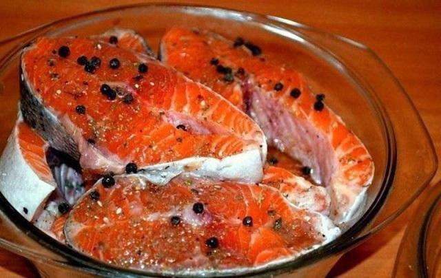 Красная рыба в маринаде со специями