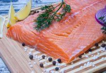 Красная рыба, подготовленная к посолке